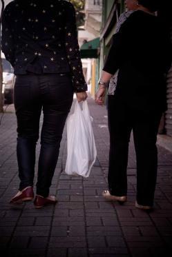 Renata carregou a sacola pesada de uma senhora