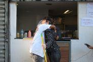 Distribuiu abraços