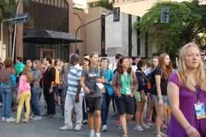 Jovens caminhavam ansiosos para Copacaba, na expectativa de ouvir as primeiras palavras do Papa