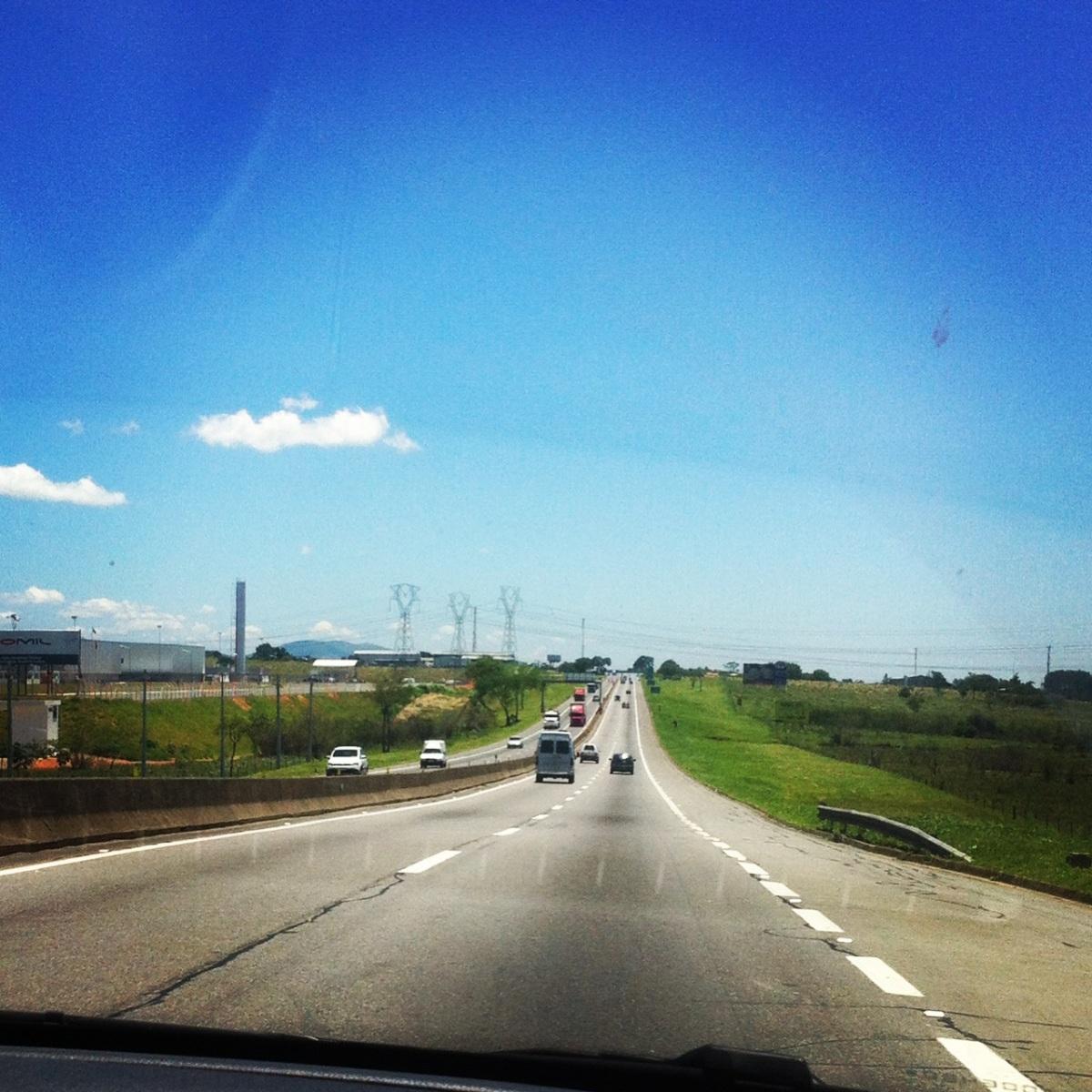 A estrada que corta o Vale do Paraíba é uma das mais lindas que eu já vi, com esse céu azul, fica fácil viajar!